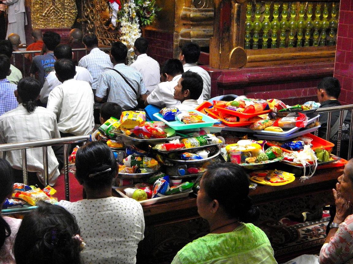 07 Mandalay 015 Mahamuni 6 Ofrendas