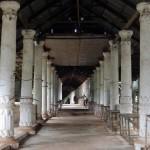 Las ruinas de Nyaung Ohak flanquean el largo camino cubierto hacia Inthein