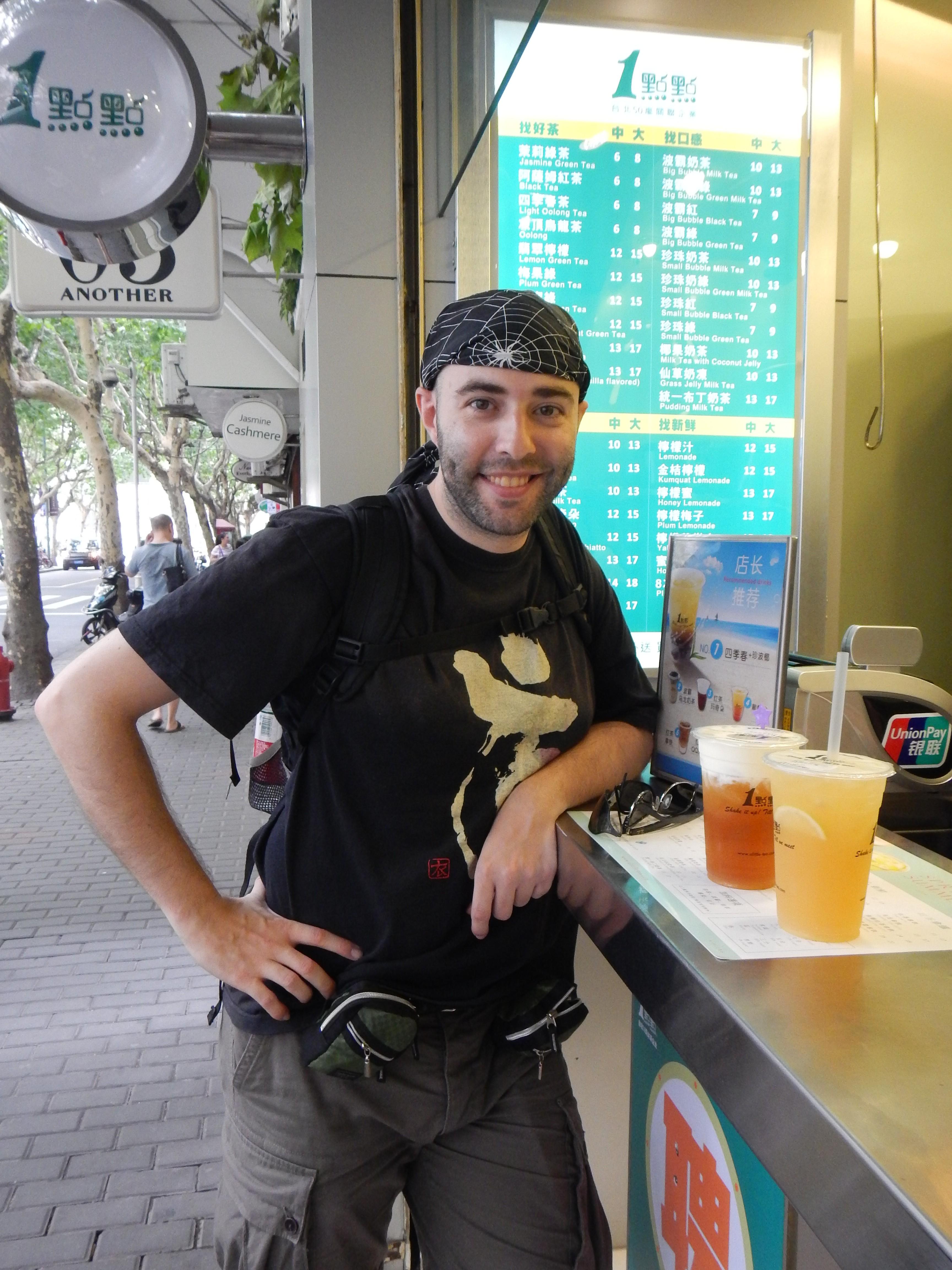 ¡Ey, lo que está más cerca de mí no es una cerveza! Es té con nata, mmm.