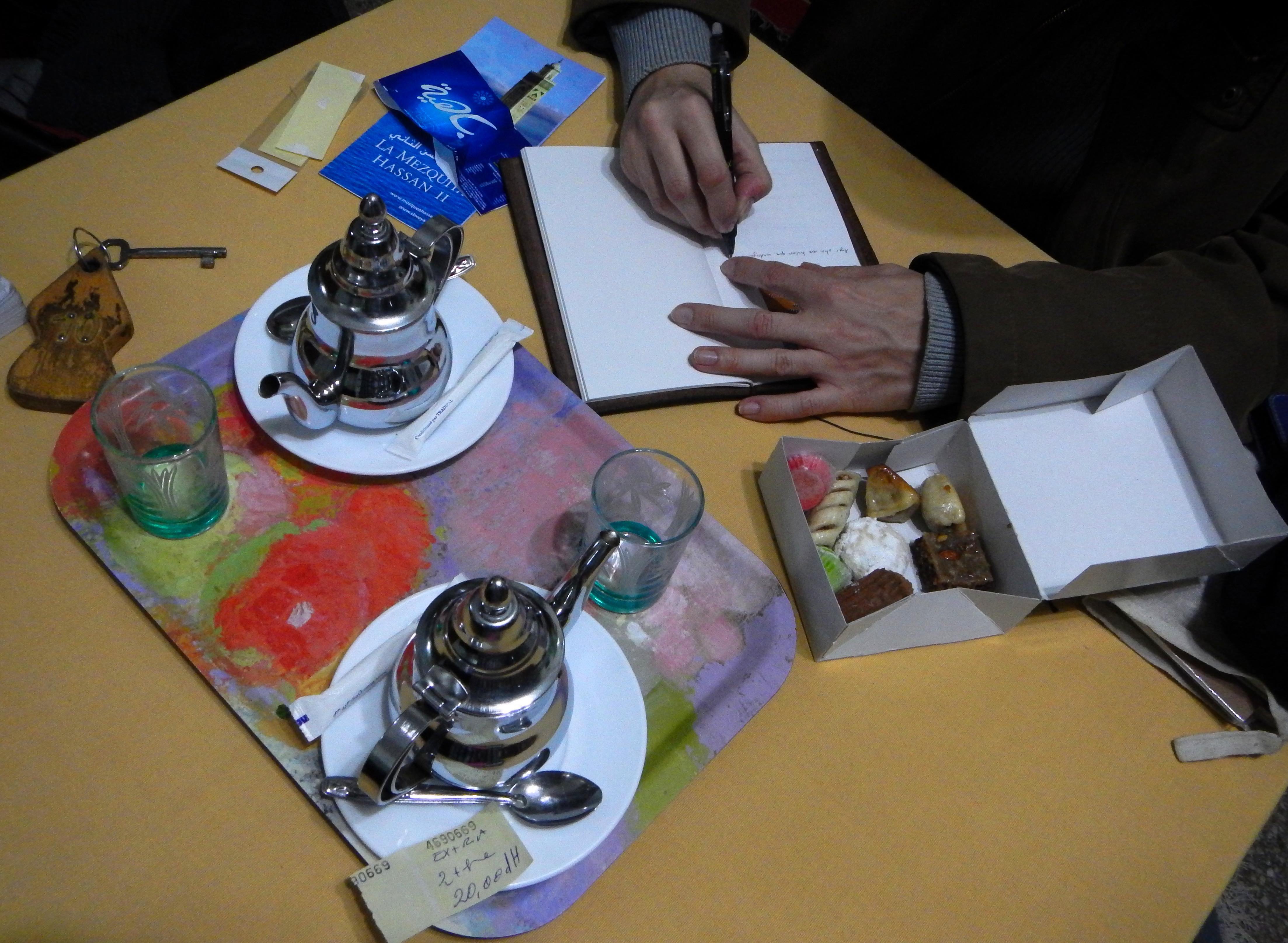 Escribiendo con los dulces y un té a la menta